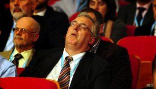 man-in-publiek-valt-in-slaap