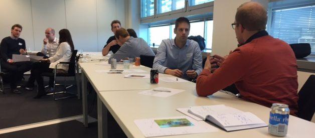 In groepjes een talk voorbereiden op basis van het format